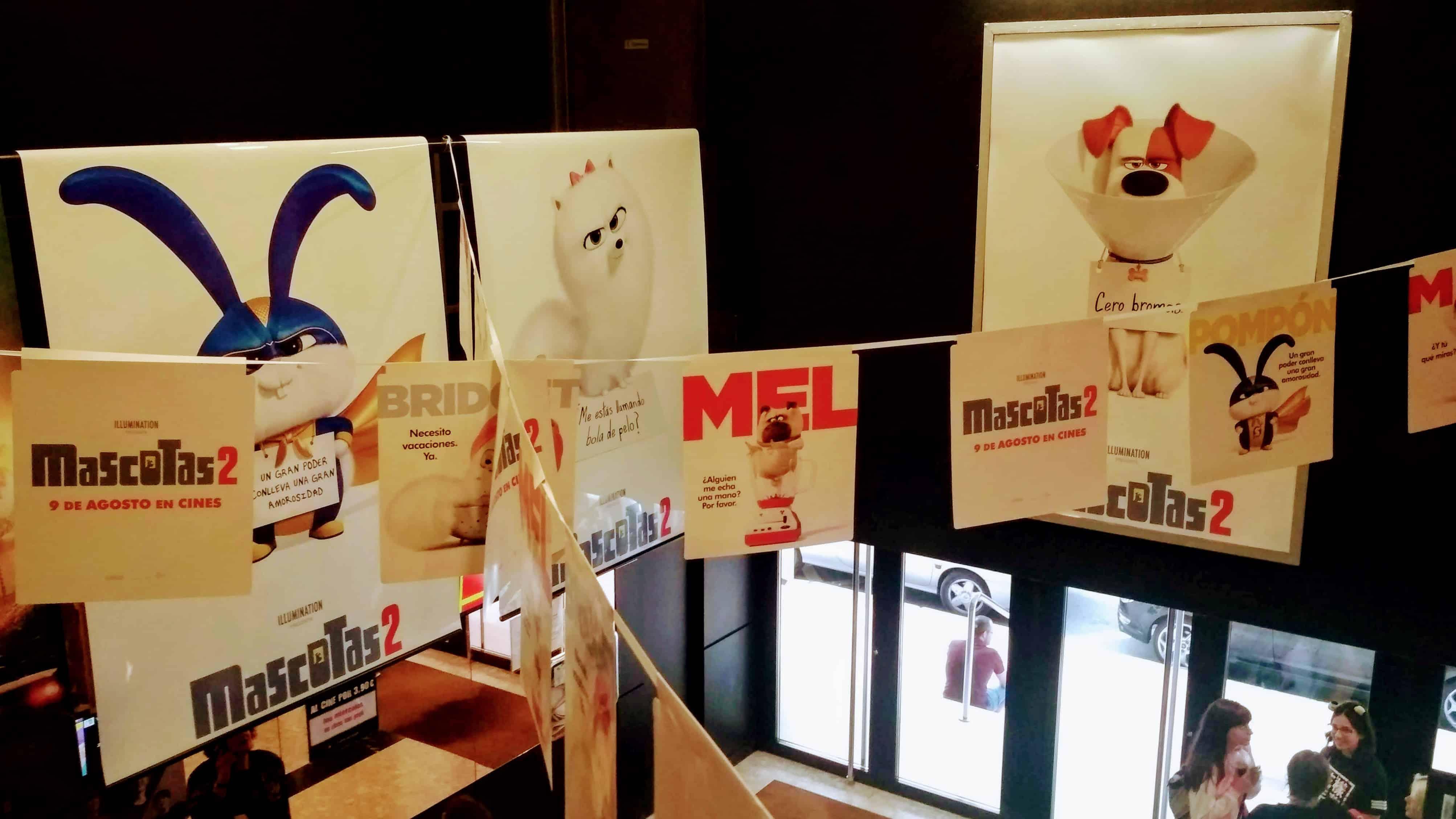 Mascotas 2. Un cine decorado con la cartelería de la peli.